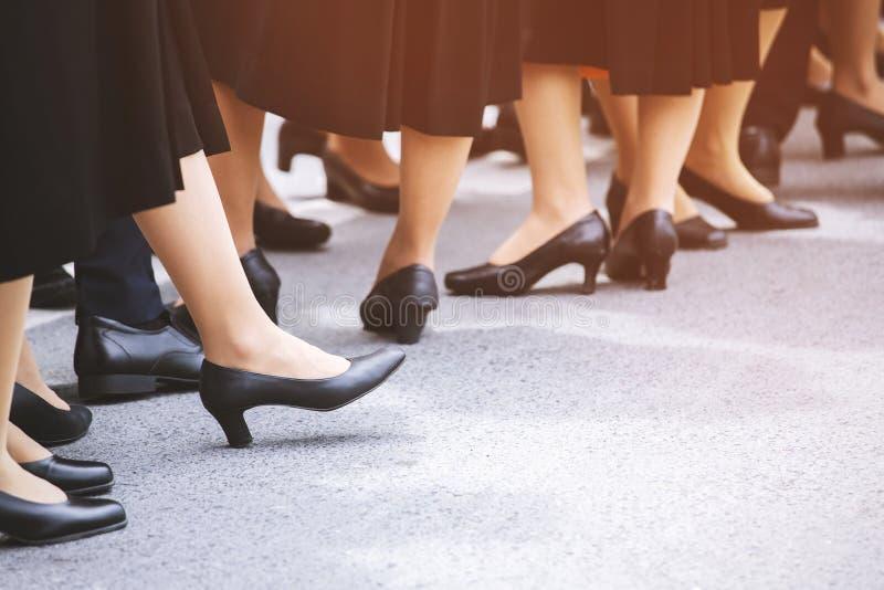 Ноги дамы женщины группы толпы в повседневных обувях стоковые изображения rf