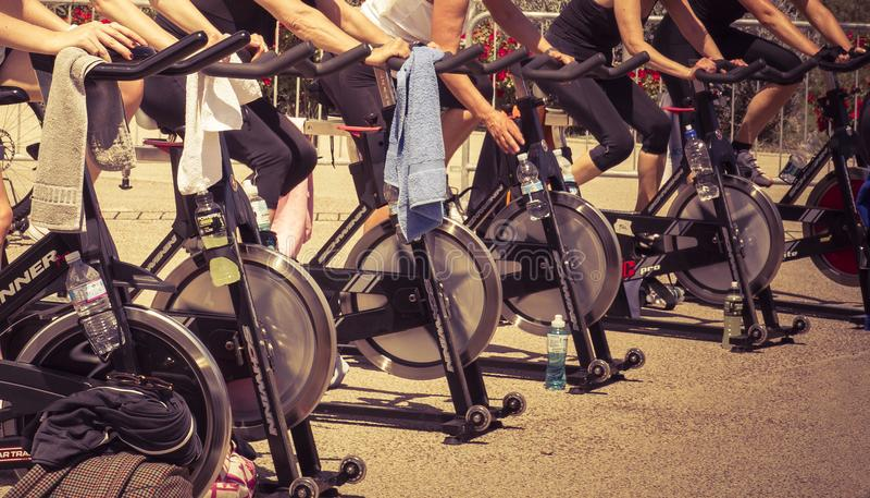 Ноги двигая во время разминки закручивать стоковое изображение rf