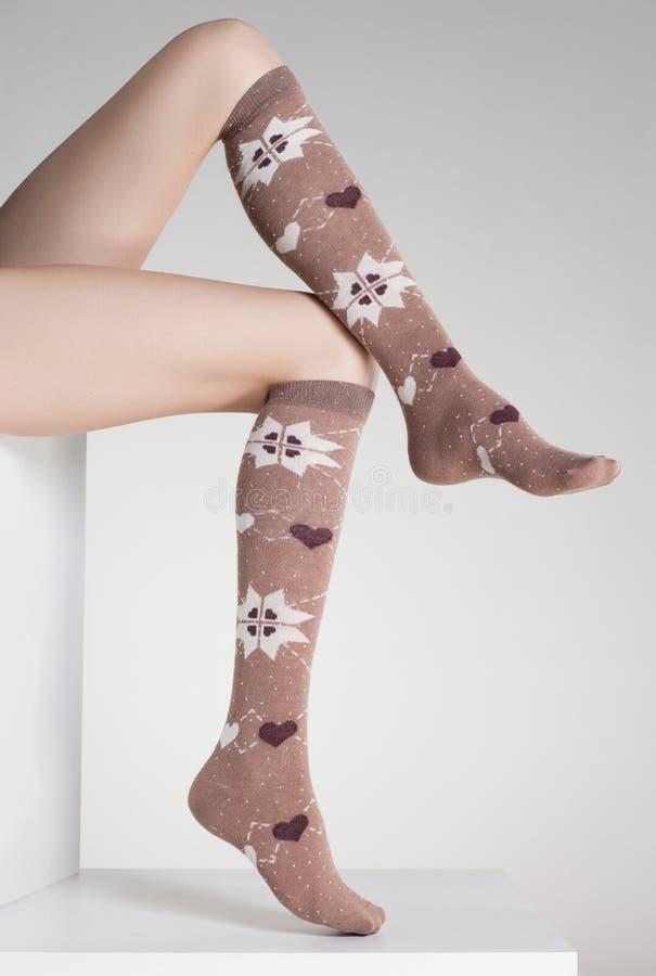 Ноги женщины в носках зимы стоковые фотографии rf