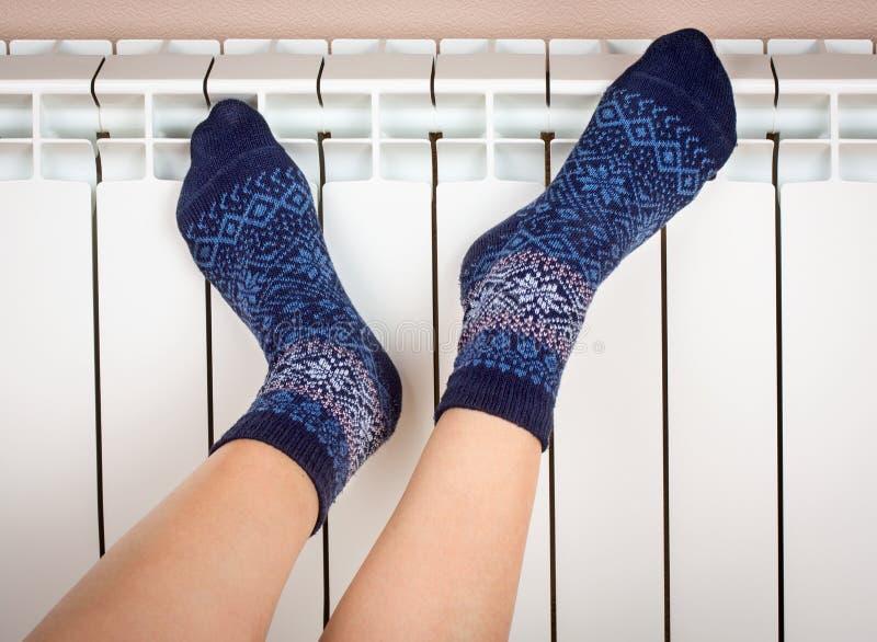 Ноги женщины в носках стоковое изображение rf