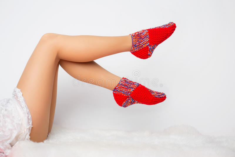 Ноги женщины в смешных носках стоковые фотографии rf
