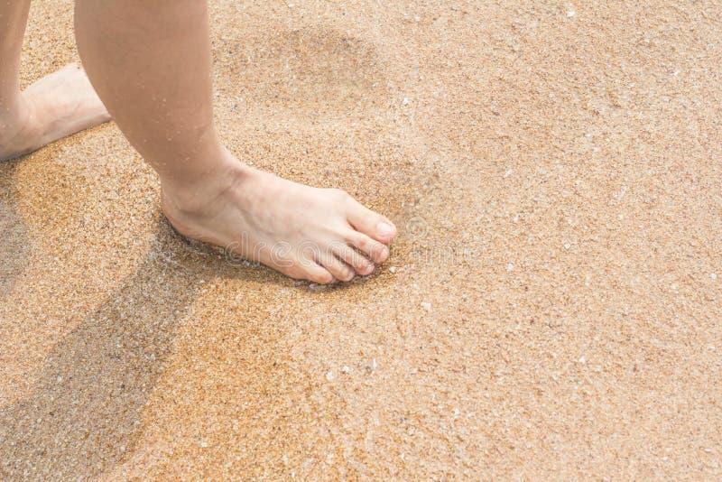 Ноги женщины идя на песок пляжа стоковые изображения rf