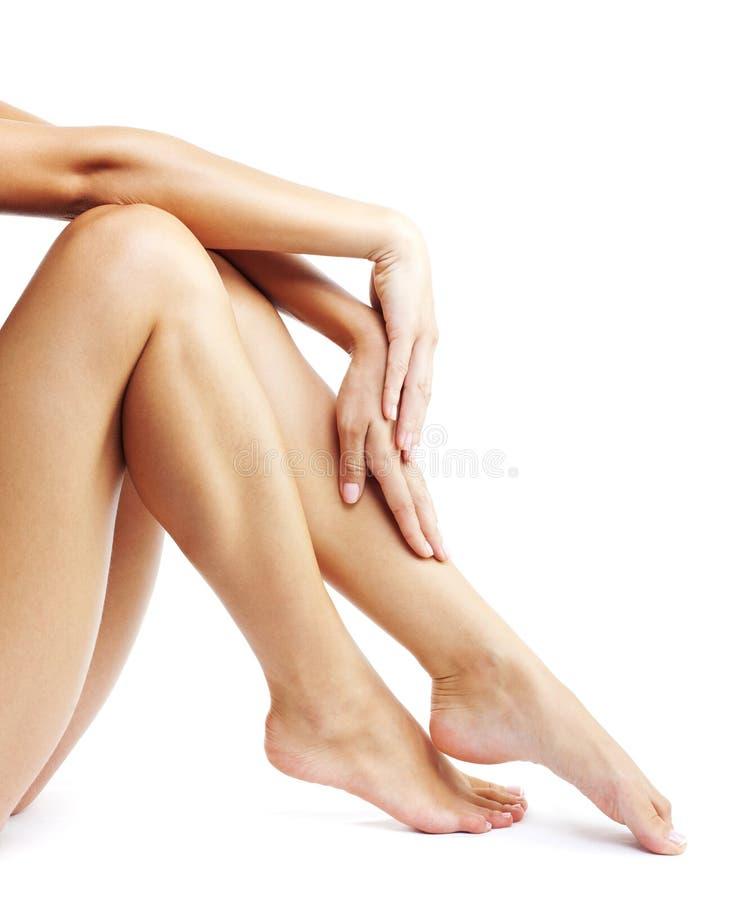 Ноги женщины изолированные на белой предпосылке стоковая фотография rf