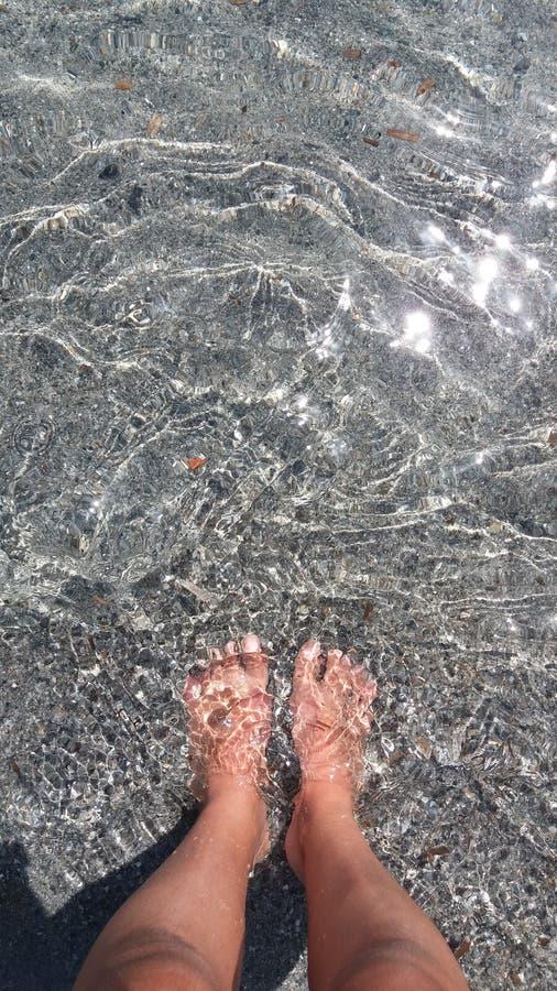 Ноги женщины принимая расслабляющую ванну стоковая фотография