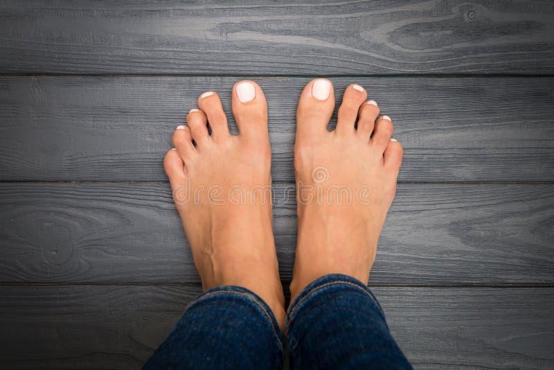 Ноги женщины с розовым pedicure стоковая фотография rf