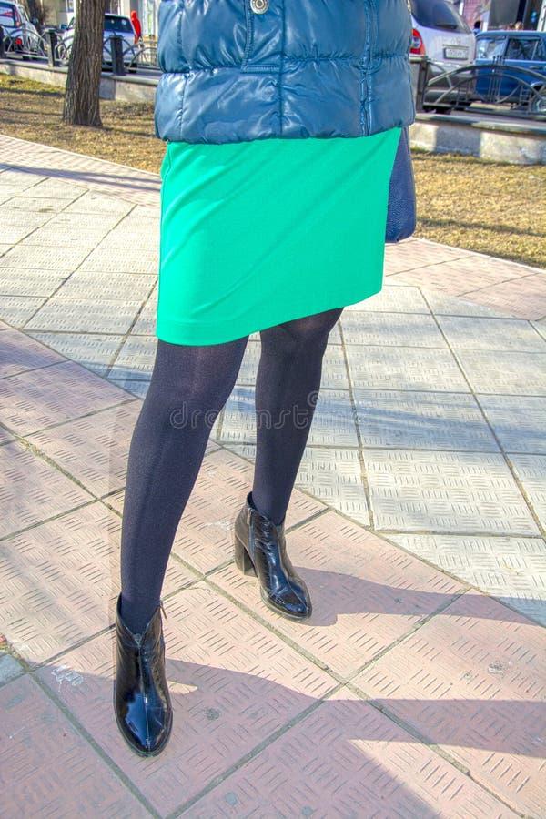 Ноги женщин в черном колготки нейлона, в ботинках с пятками На улице фетиш стоковые фото