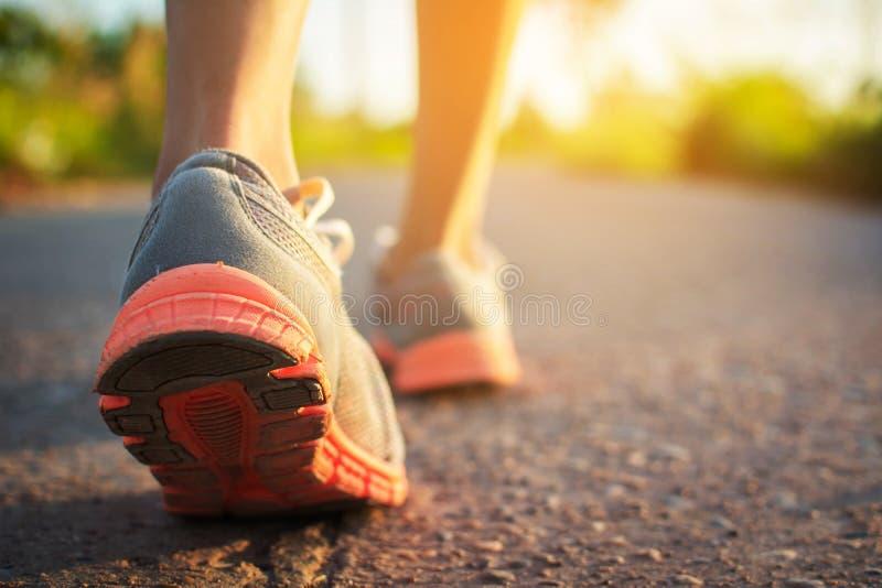 Ноги идти и тренировки женщины на дороге стоковые изображения