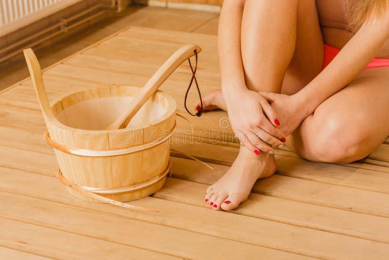 Ноги и сауна ног женщины крупного плана человеческие bucket стоковая фотография rf