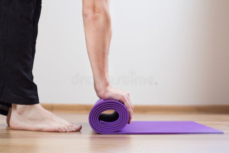 Ноги и циновка йоги стоковая фотография