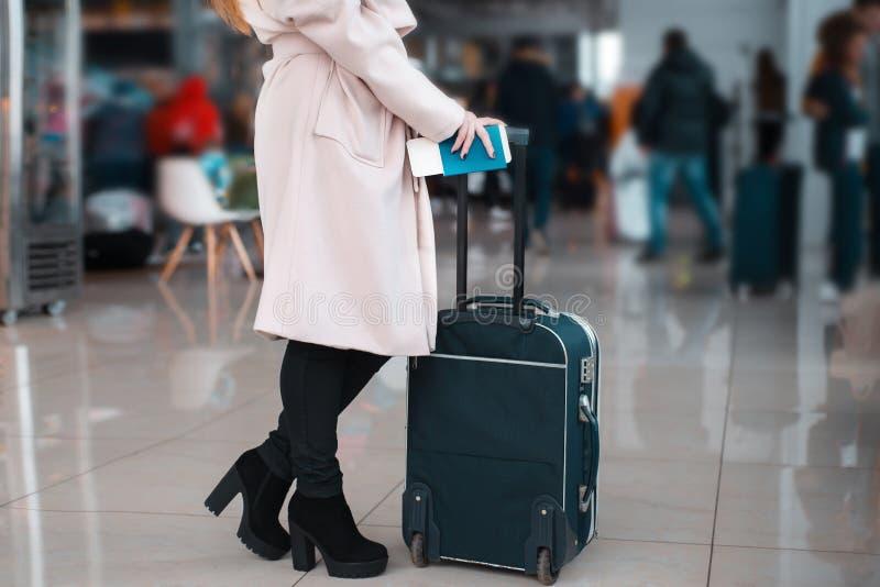 Ноги коммерсантки с багажем в авиапорте стоковые изображения rf