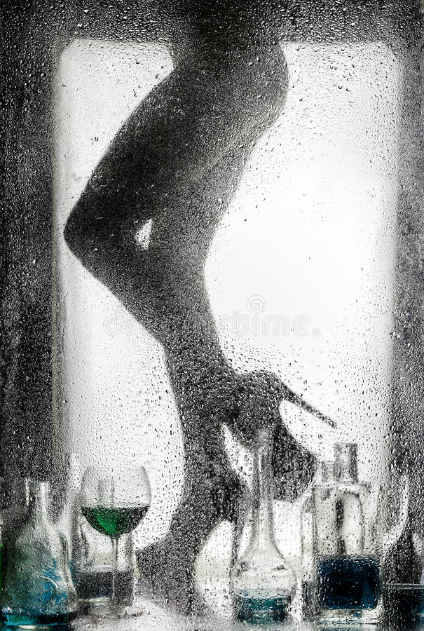 Ноги красивой нагой девушки стоковое фото rf