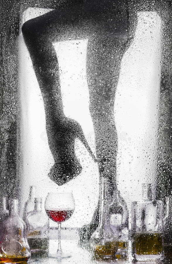 Ноги красивой нагой девушки стоковые фото