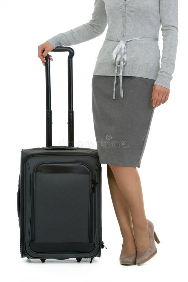 ноги крупного плана женские приближают к чемодану стоковое фото