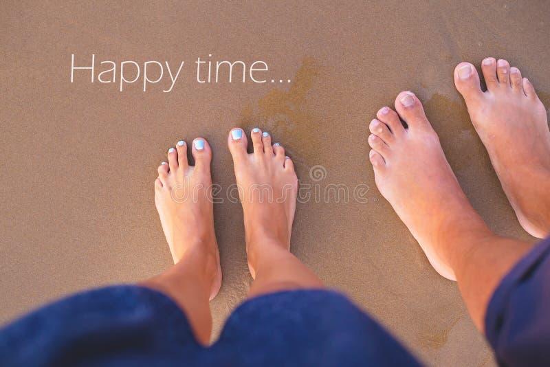 Ноги 2 любовников на песк-лете, солнца, моря, пляжа, времени надписи счастливого стоковое изображение rf