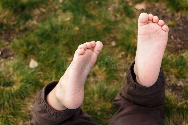 Ноги младенца босоногие грязные стоковая фотография