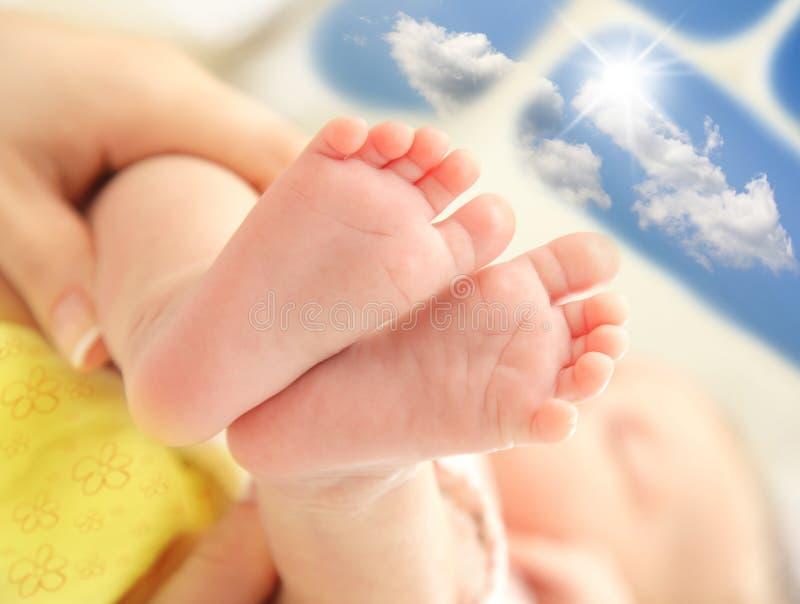 ноги младенца стоковые фотографии rf