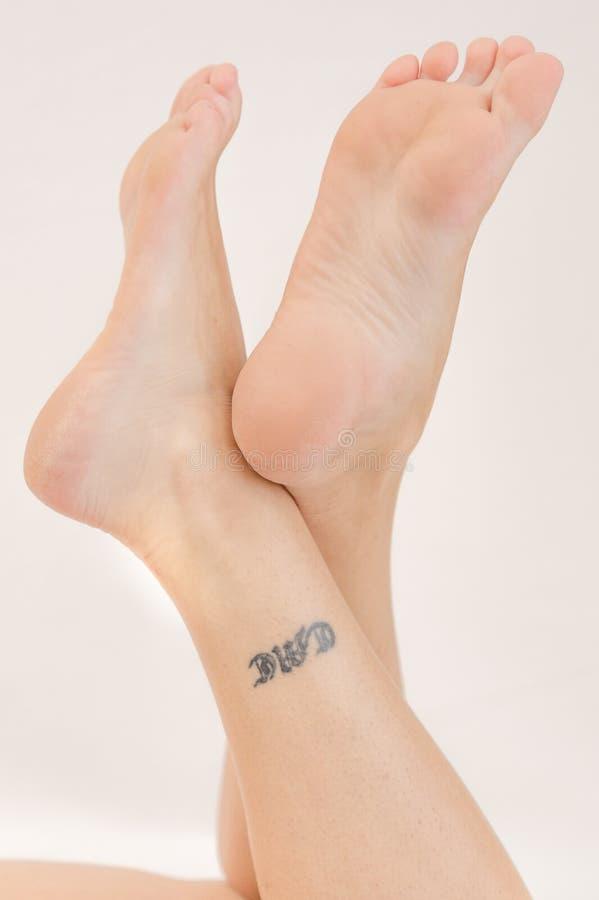 Ноги молодой женщины пересеченные стоковые фото
