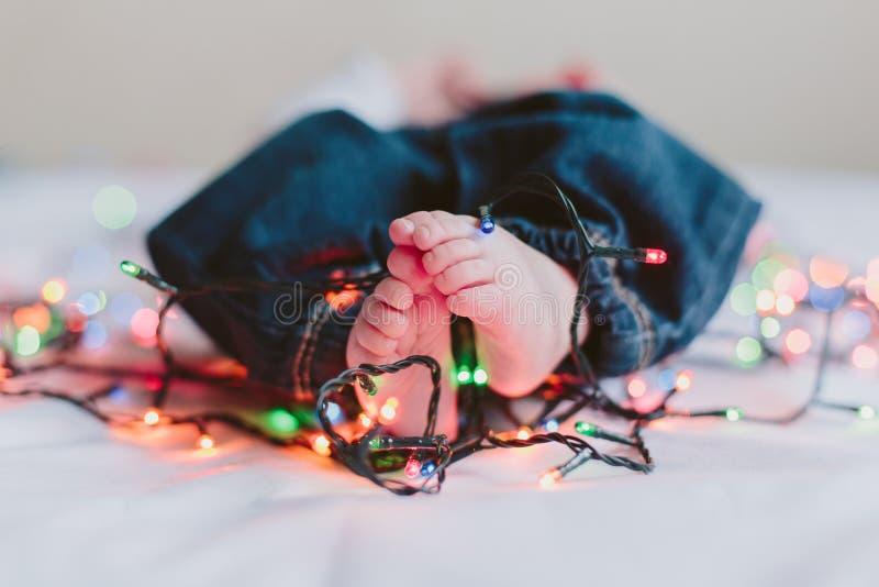 Ноги младенца с гирляндой стоковые фото