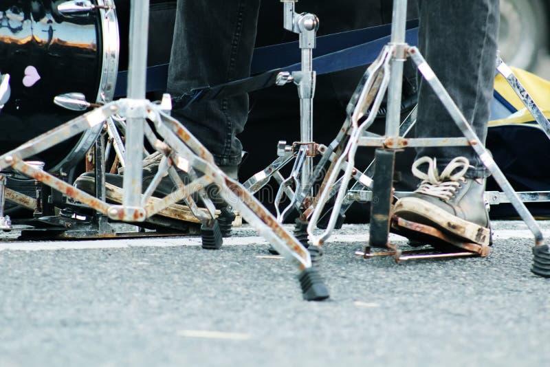 Ноги набора и человека барабанчика в тапках Барабанщик играя барабанч стоковые изображения