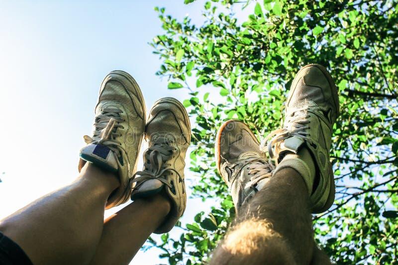 Ноги пары на лете участвовать, имеющ потеху, на предпосылке o стоковое фото rf