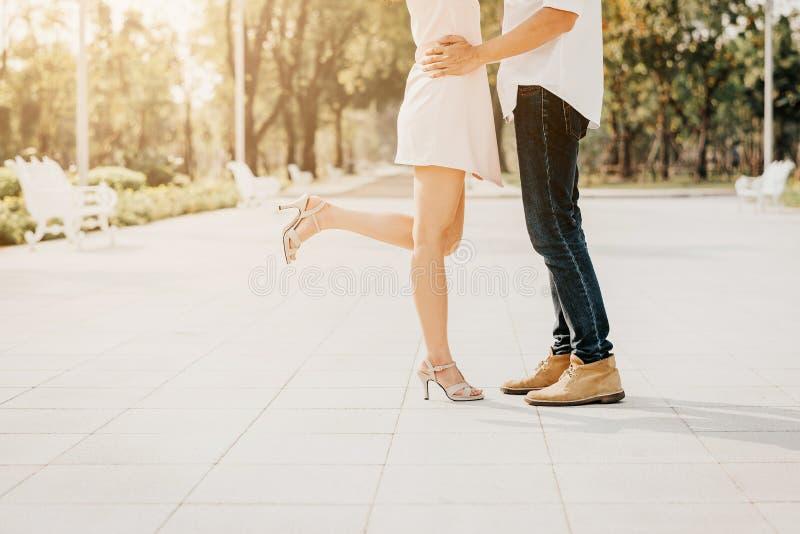 Ноги пар в влюбленности пока они целуя стоковые изображения rf