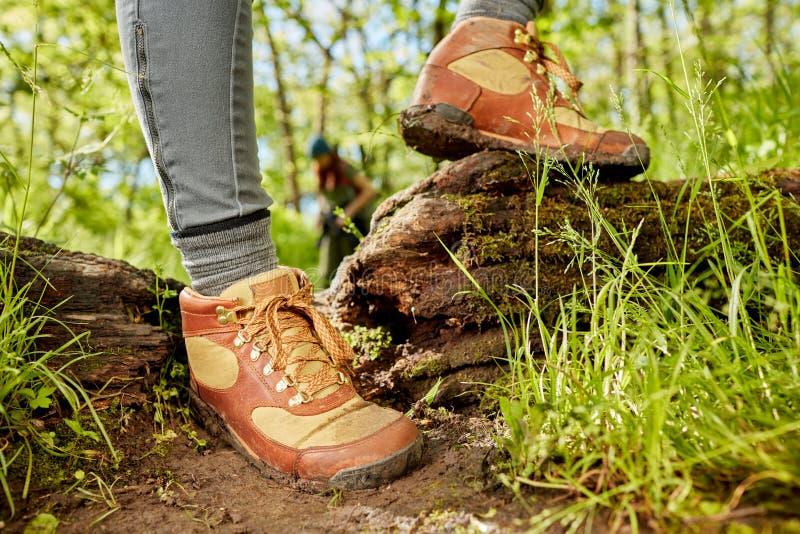Ноги персоны в пеших ботинках на следе стоковые фотографии rf