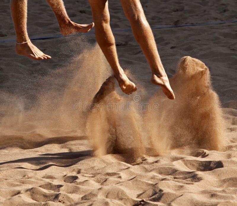 ноги пляжа зашкурят волейбол стоковые изображения
