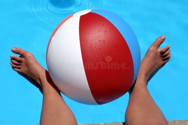 ноги пляжа шарика стоковая фотография