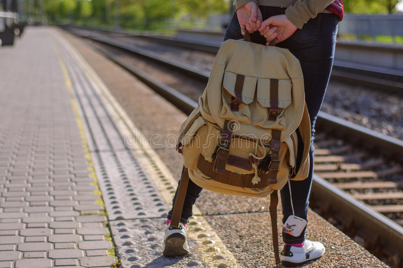 Ноги поезда девушки ждать с backback стоковые изображения rf