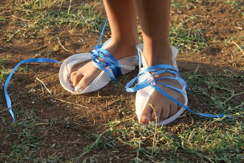 Ноги плохой девушки покрытые с ботинком стоковые фото