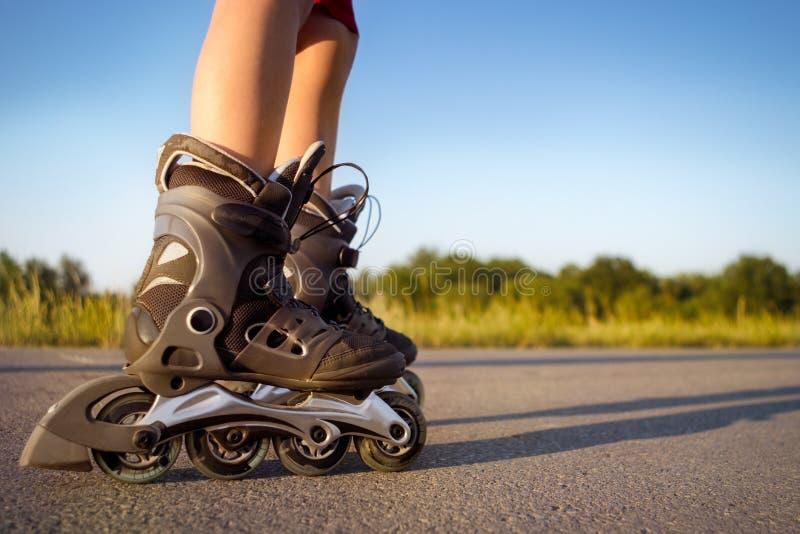 Ноги ребенка в роликах стоковое фото