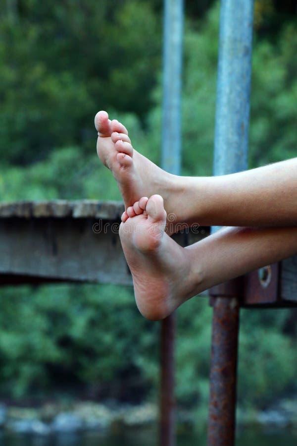Ноги реки ребенк лета стоковое фото