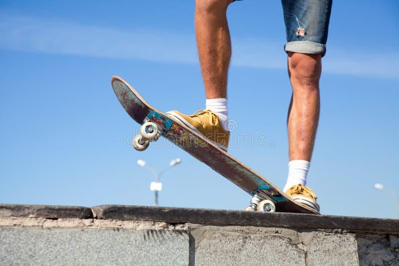 Ноги скейтбордистов закрывают вверх стоковые изображения
