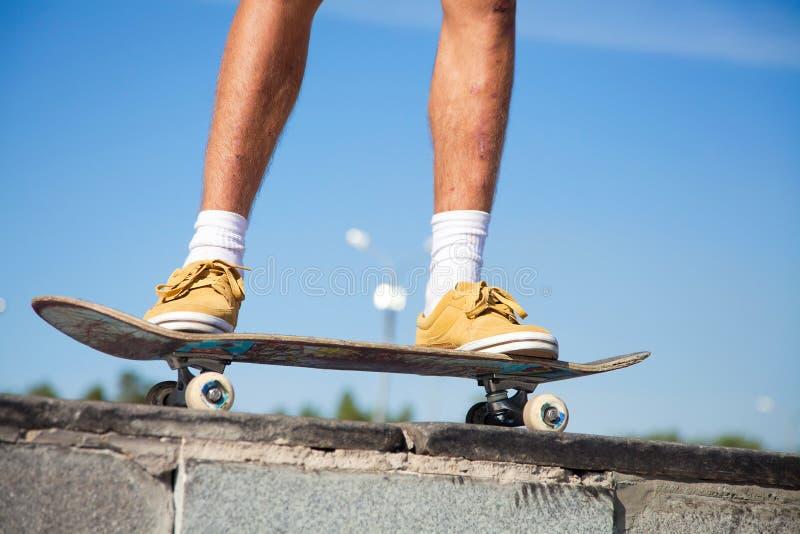 Ноги скейтбордистов закрывают вверх стоковое фото
