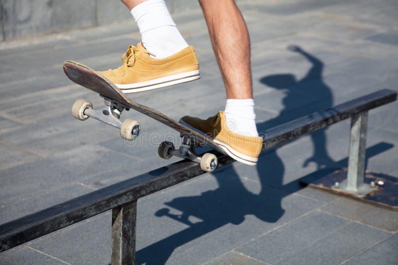 Ноги скейтбордистов закрывают вверх стоковая фотография rf