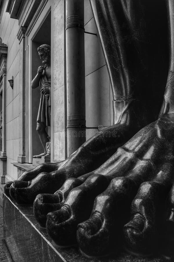 Ноги скульптур Atlantes новой обители стоковое изображение