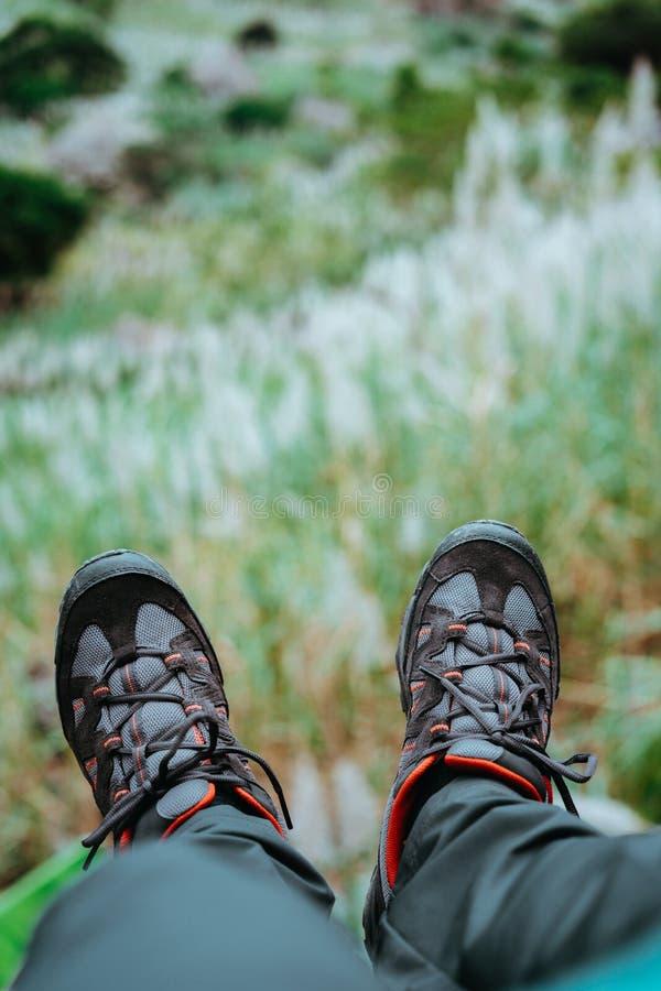 Ноги смертной казни через повешение с trekking обувью над холмом с заводами сахарного тростника Остров Santo Antao, Кабо-Верде стоковые изображения