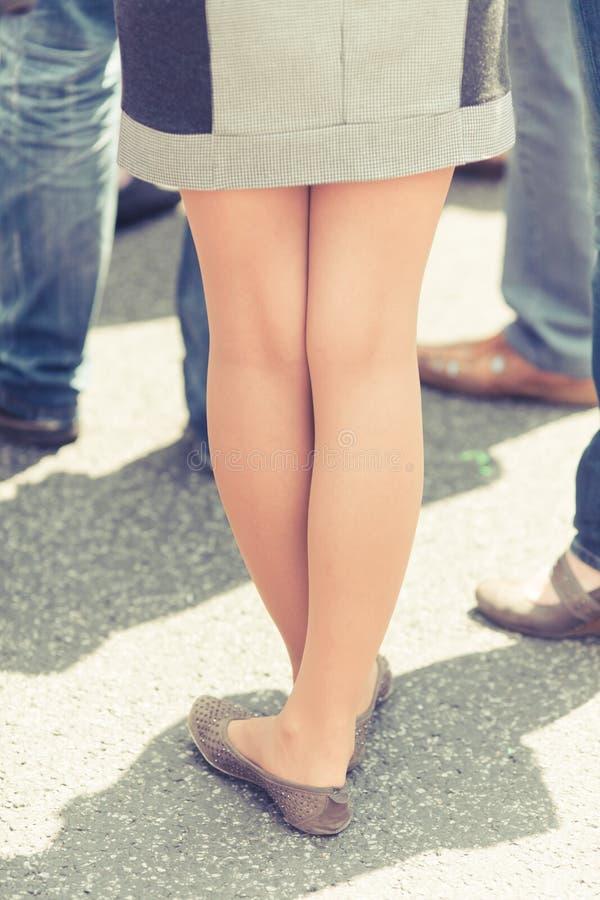 ноги смотрят ретро женщину стоковые фото