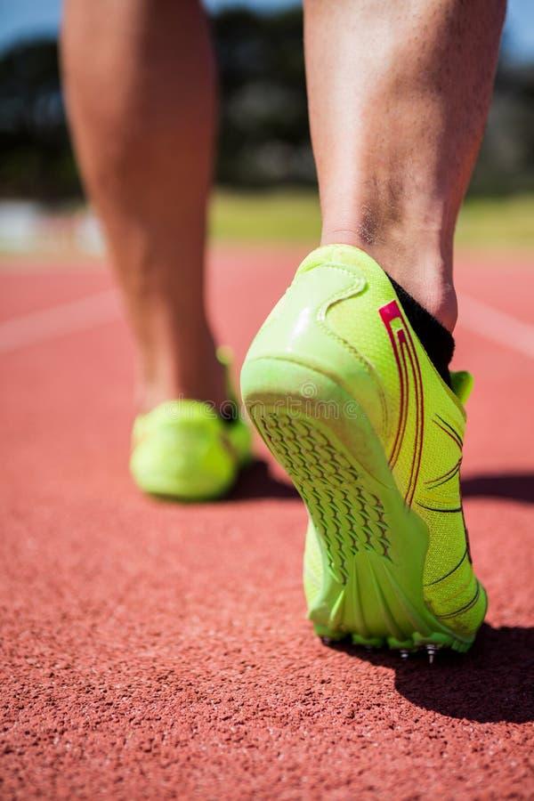 Ноги спортсменов бежать на гоночном треке стоковое фото