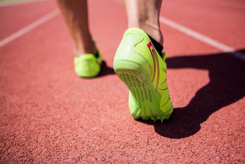 Ноги спортсменов бежать на гоночном треке стоковые фотографии rf