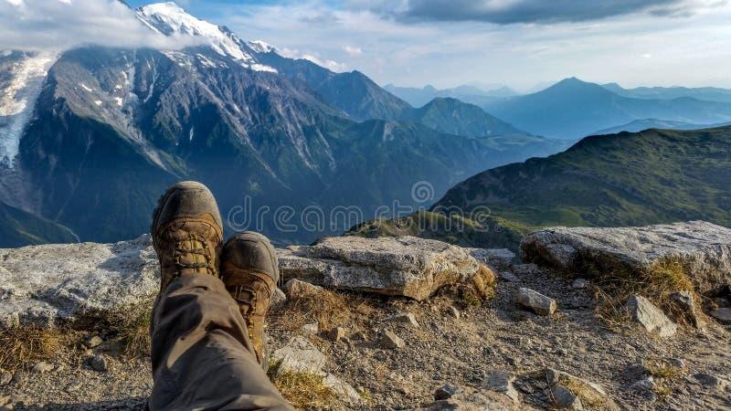 Ноги с предпосылкой горных вершин стоковые изображения rf