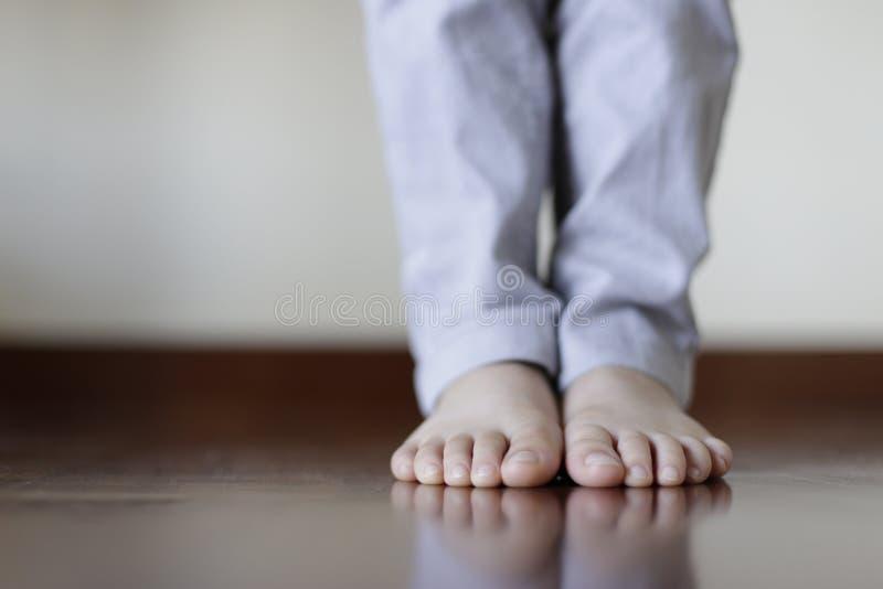 Ноги с тяжелым дыханием на деревянном flor стоковая фотография rf