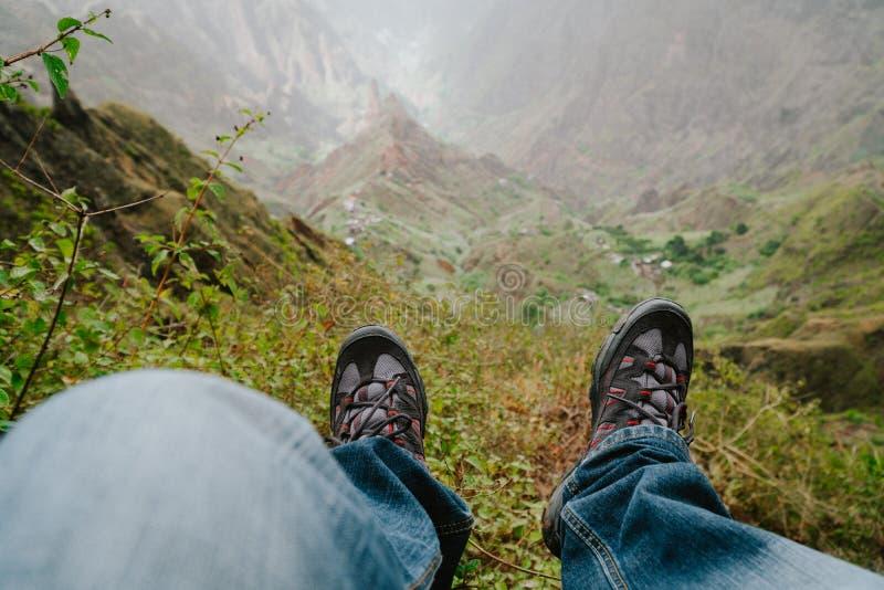 Ноги с trekking качанием обуви над долиной с горным пиком после длинного похода Остров Santo Antao, Кабо-Верде стоковые изображения