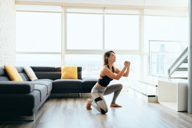 Ноги тренировки взрослой женщины делая внутри и вне низкий стоковые фото