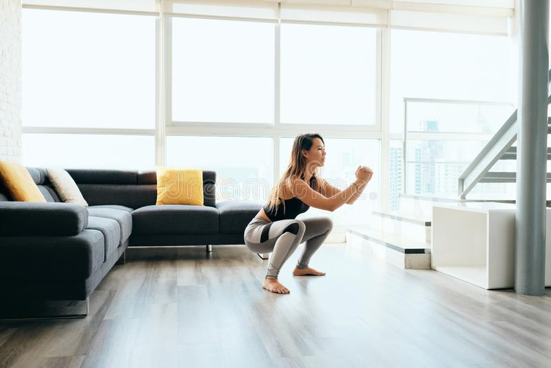 Ноги тренировки взрослой женщины делая внутри и вне низкий стоковые фотографии rf