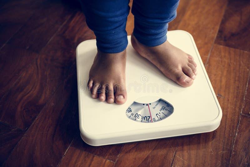 Ноги человека на масштабе веса стоковая фотография