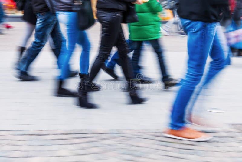 Ноги людей в нерезкости движения идя в город стоковые изображения rf