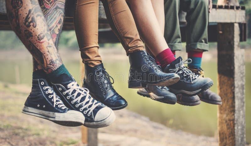 Ноги людей группы вися Outdoors концепцию стоковые фотографии rf