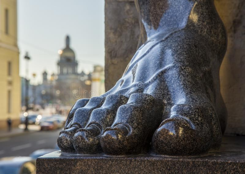 Ноги atlantes гранита в обители Санкт-Петербурга в r стоковые изображения