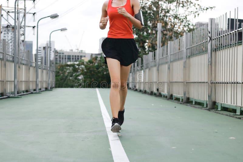 Ноги ` s женщины бежать тренировка outdoors Концепция фитнеса и здоровья стоковые изображения